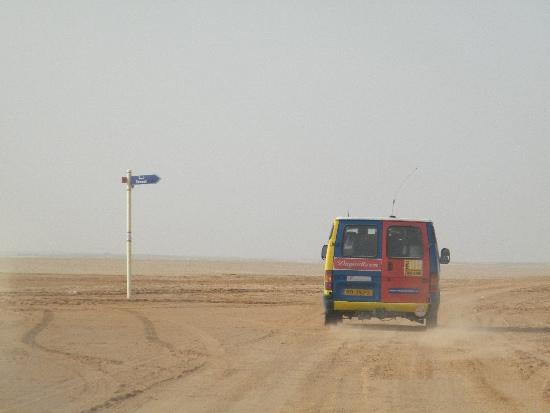 Kleurige bus in de woestijn